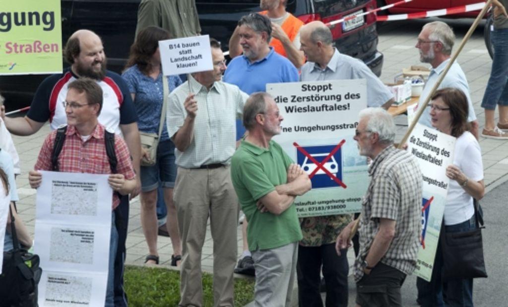 Bürger demonstrieren gegen den Ausbau von Landesstraßen. Foto: Horst Rudel