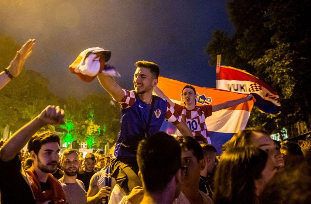 Ausgelassen feierte zahlreiche Kroaten auf der Theodor-Heuss-Straße in Stuttgart den Einzug ins WM-Finale. Foto: Lichtgut/Julian Rettig