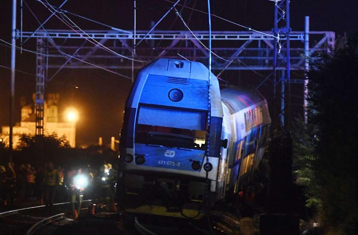 Am Dienstagabend war der Personenzug bei der Stadt Cesky Brod in den stehenden Postzug gerast. Foto: dpa/Michal Kamaryt
