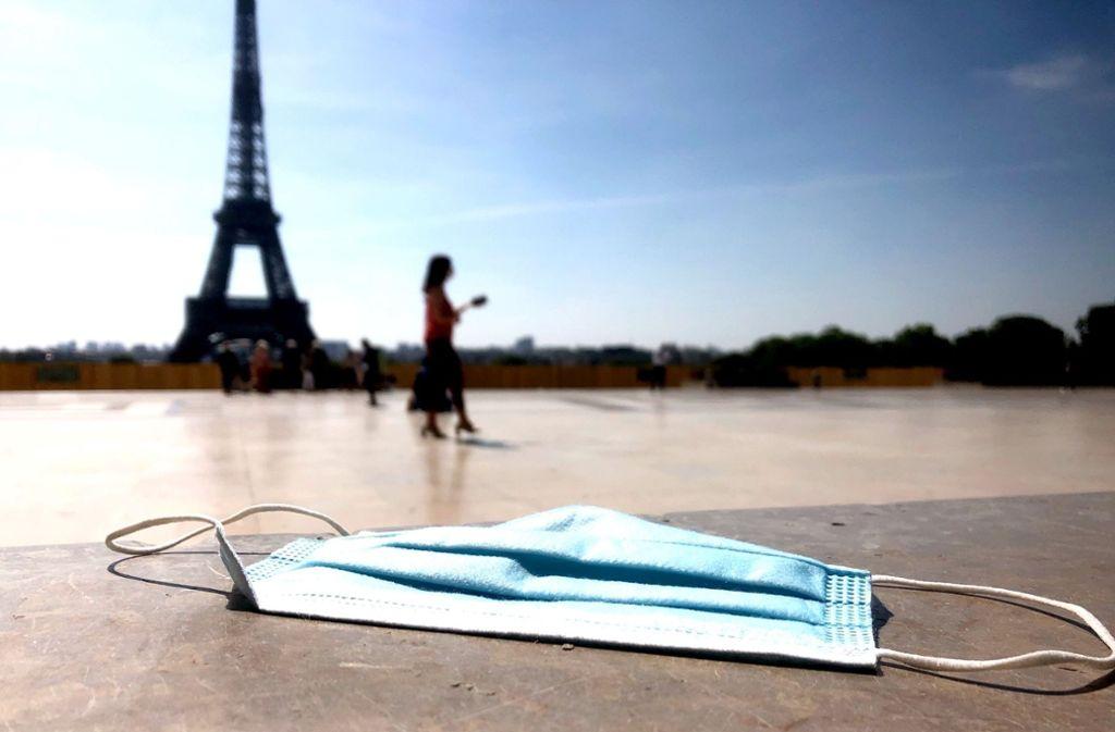Das kann in Zukunft teuer werden. Wer in Frankreich  seine Maske achtlos auf den Boden wirft, muss mit empfindlichen Strafen rechnen. Foto: Krohn/Krohn