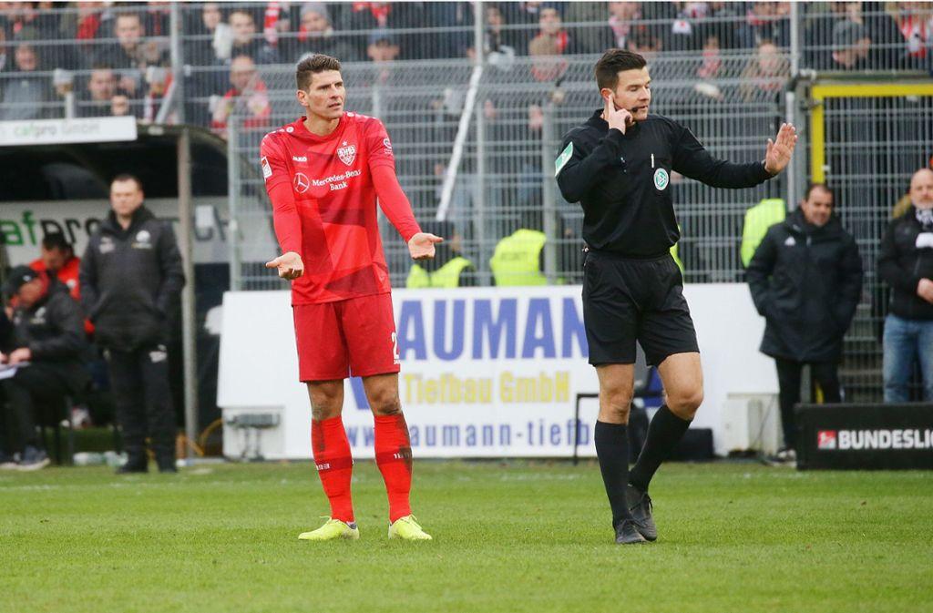 Mario Gomez trifft drei Mal –  alle drei Tore werden zurecht aberkannt. Foto: Pressefoto Baumann/Hansjürgen Britsch