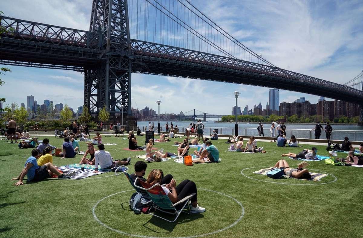 Coronagerecht: Menschen entspannen sich im Domino-Park in Brooklyn. Foto: dpa/Bryan Smith