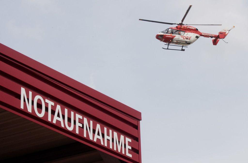 Mit einem Rettungshubschrauber wurde der Mann in eine Klinik nach Stuttgart geflogen (Symbolbild). Foto: dpa/Julian Stratenschulte