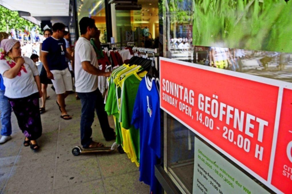 Der Anlass für den bislang letzten verkaufsoffenen Sonntag in der Stuttgarter Innenstadt war die Fußball WM 2006. Foto: Achim Zweygarth