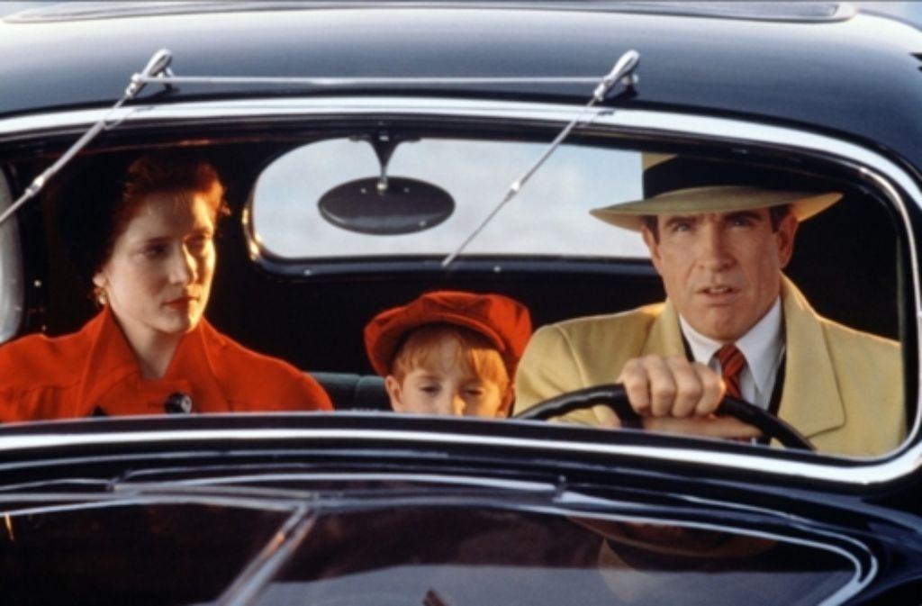 Glenne Headly, Charlie Korsmo und Warren Beatty fahren  durch das quietschbunte Gegenstück zum Film noir. Foto: