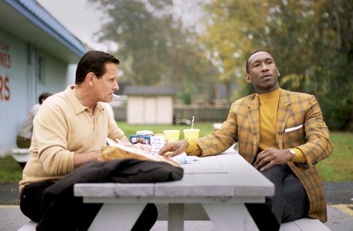 Zwei Männer trotzen dem Rassismus