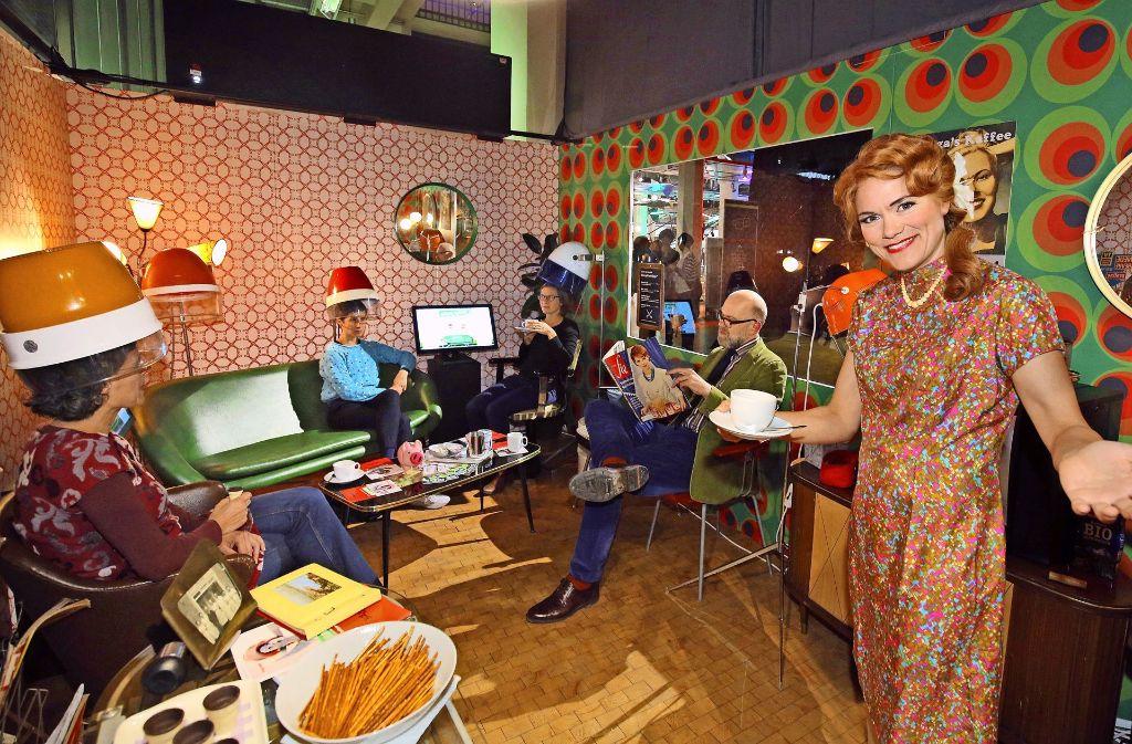 Willkommen im Salon Helga: Unter der Trockenhaube gibt es bei den Hörspieltagen im ZKM  nicht nur warme Luft, sondern Akustisches. Foto: ARD