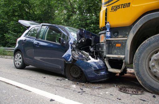 Autofahrer gerät auf Gegenspur und kracht in Lkw – schwer verletzt