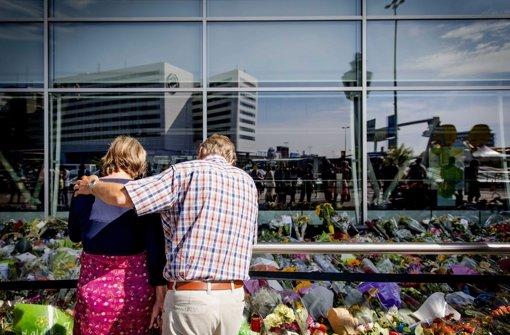 Trauer am Flughafen Schiphol in Amsterdam. Niederländische Experten haben den Flugschreiber des Fluges MH17 übernommen. Foto: dpa
