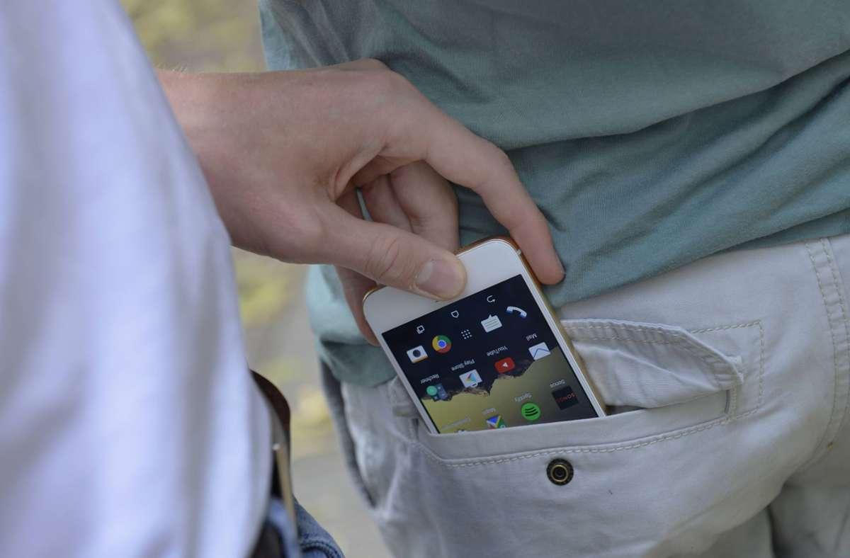 Der 23-Jährige soll ein Smartphone gestohlen haben. (Symbolbild) Foto: imago/Schöning/imago stock&people