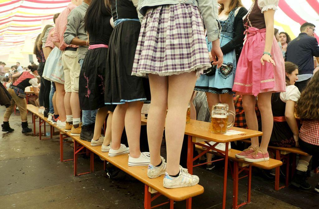 Viele Besucher tragen auf dem Frühlingsfest Dirndl oder Lederhosen. Foto: Lichtgut/Leif Piechowski