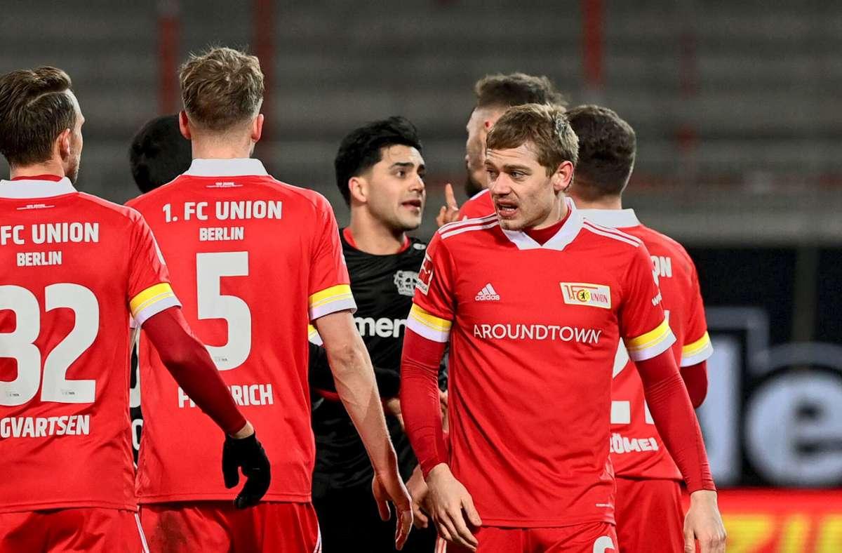 Nadiem Amiri von Bayer Leverkusen (Mitte) im Disput mit Profis von Union Berlin Foto: imago/Matthias Koch