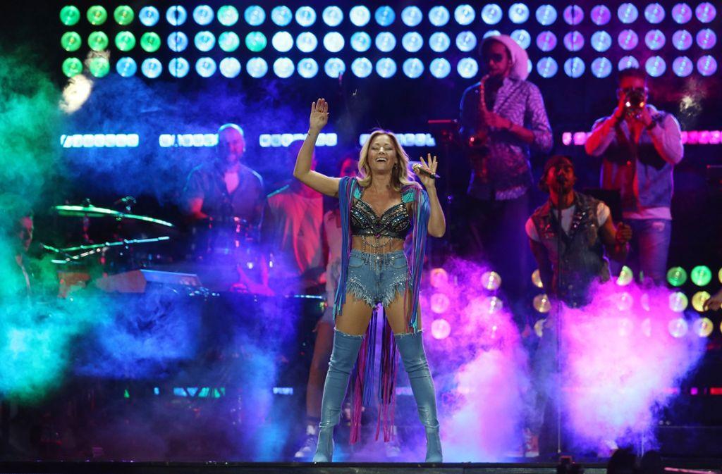 In Jeans-Overknees und -Hotpants, Strassbustier und Schulterstücken mit langen Fransen steht Helene Fischer auf der Bühne. Foto: dpa-Zentralbild