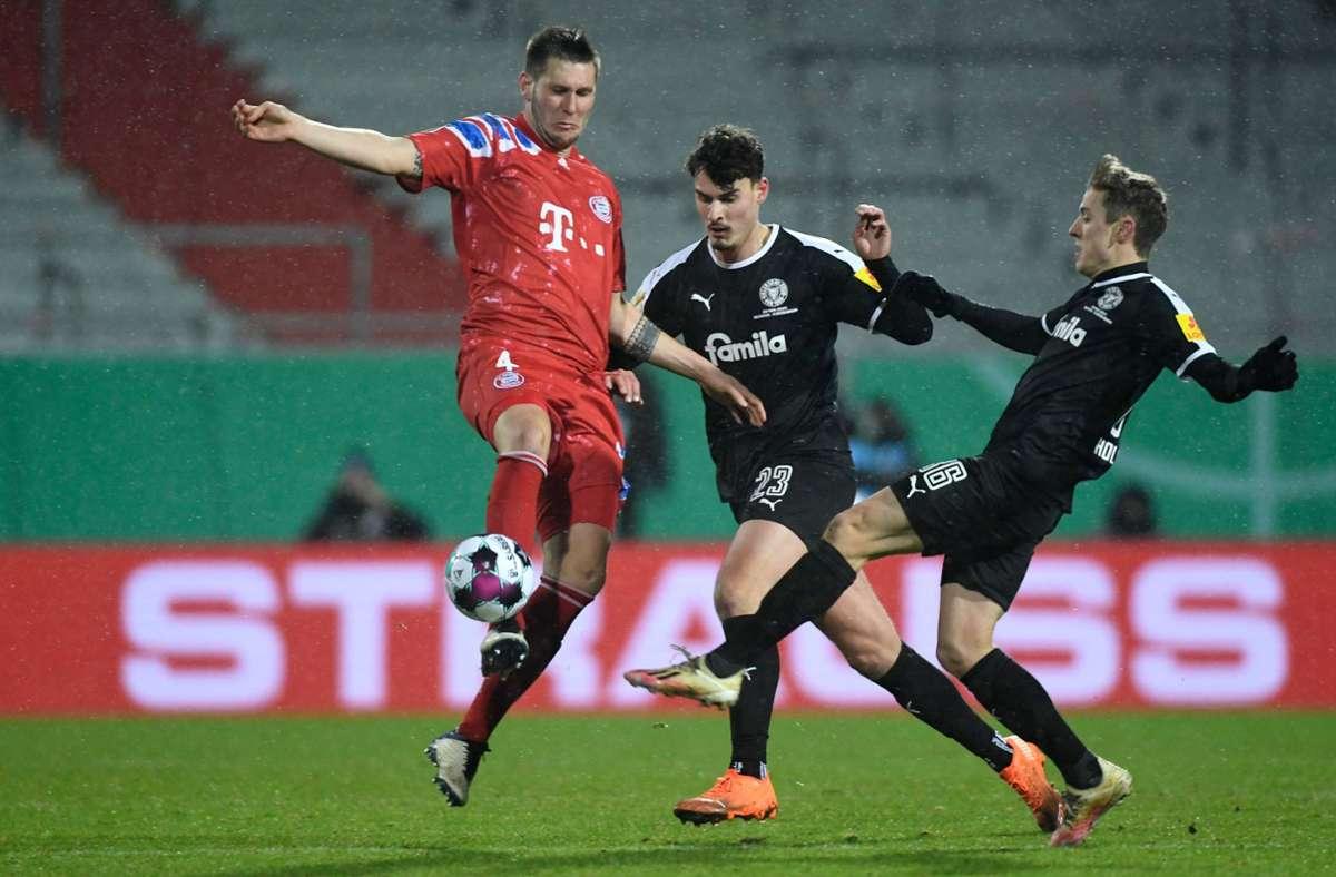 Niklas Süle (links) und der FC Bayern hatten in Kiel das Nachsehen Foto: AFP/FABIAN BIMMER