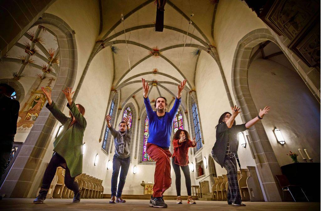 Mitglieder der Tanztruppe bei einer Probe in der Michaelskirche. In der Mitte vorn der Choreograph Grégory Darcy.Mitglieder der Tanztruppe bei einer Foto: Gottfried Stoppel