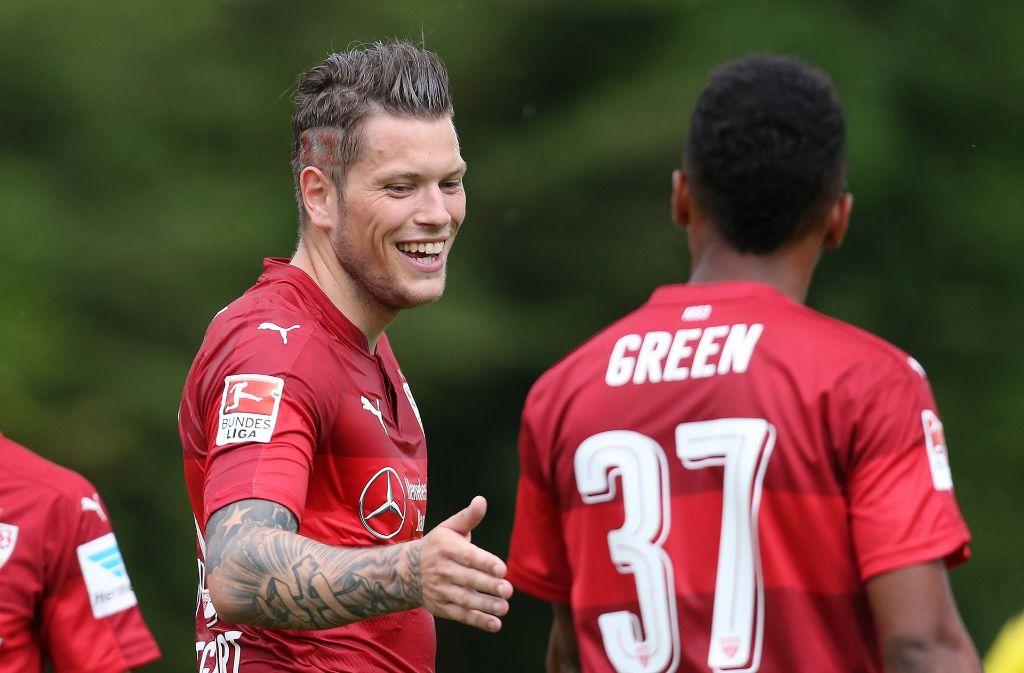 Daniel Ginczek und Julian Green freuen sich über das erfolgreiche Testspiel. Foto: Pressefoto Baumann