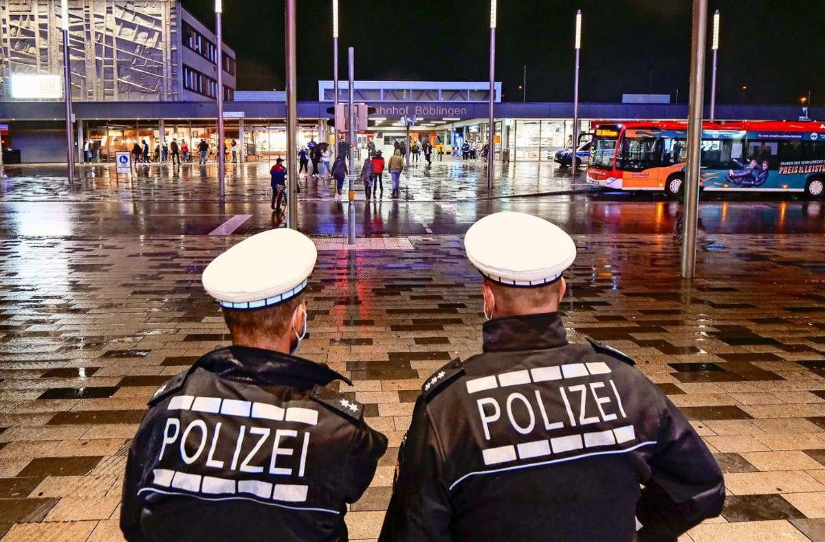 Alles im Blick hatte am Freitagabend die Polizei  am Böblinger Bahnhof: 30 Beamte kontrollierten das Geschehen. Foto: factum/Simon Granville