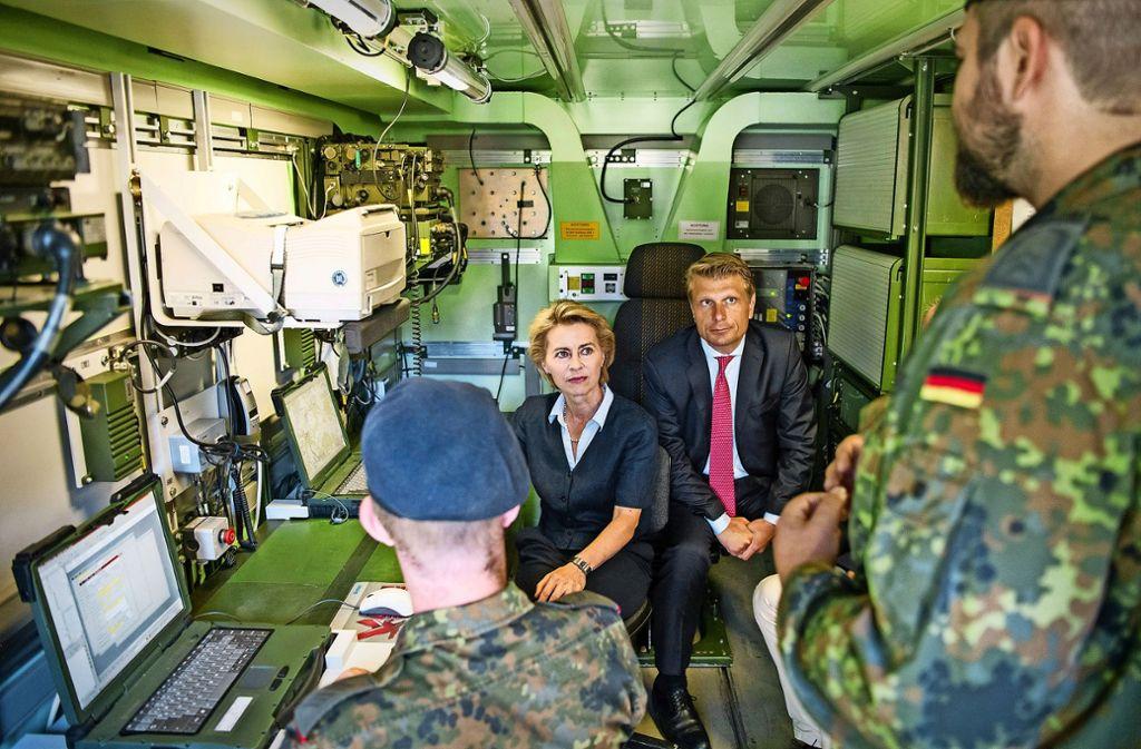 Die Ministerin Ursula von der Leyen und der CDU-Abgeordnete Thomas Bareiß werden in die  Feuerleitkabine eingewiesen. Foto: dpa