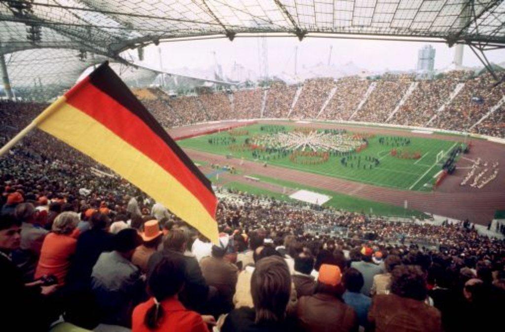 Nach 19 Freundschaftsspielen zwischen Deutschland und den Niederlanden in den Jahren 1910 bis 1966 gab es bei der Weltmeisterschaft 1974 endlich das erste Duell in einem Pflichtspiel - und dann direkt im WM-Finale. Es war eine hart umkämpfte Partie, in der... Foto: dpa