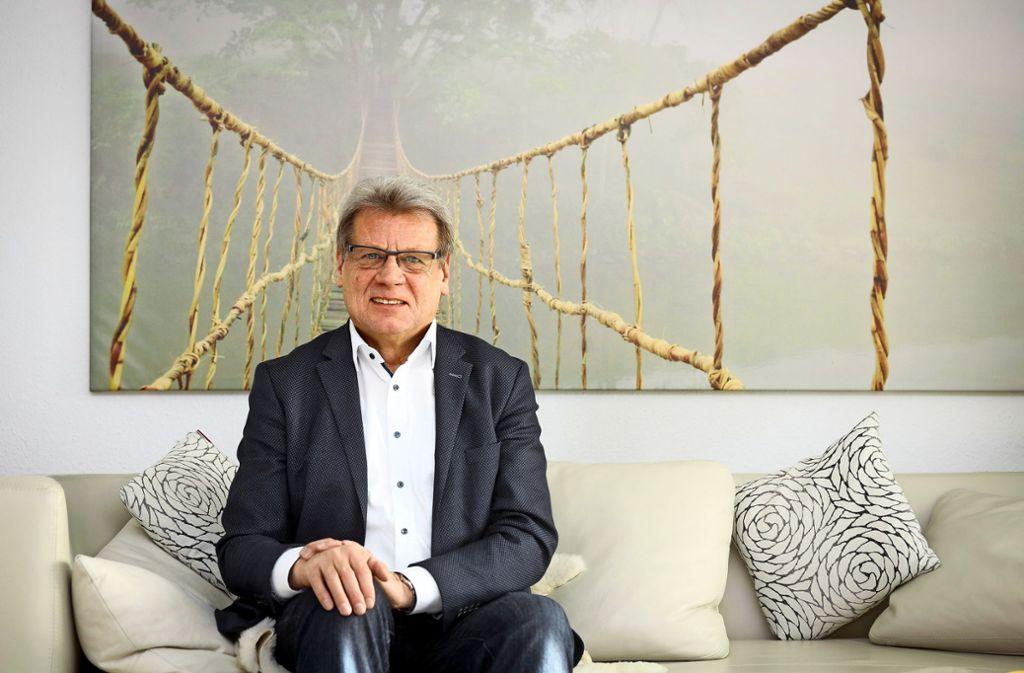 Noch etwas ungewohnt: Der scheidende Stadtwerkechef Bodo Skaletz als Ruheständler auf dem heimischen Sofa. Foto: factum/Simon Granville