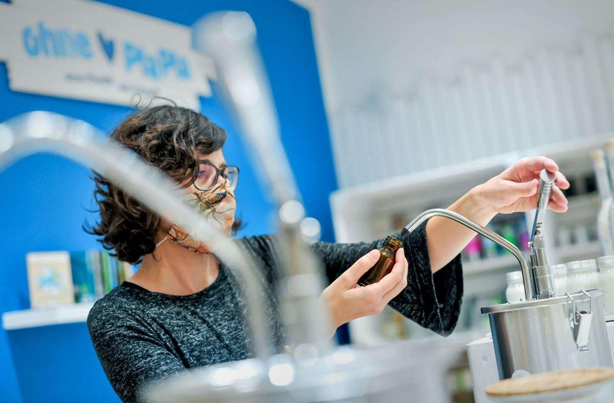 Die Mitarbeiterin Nora Sonn testet eine der Abfüllstationen. Foto: Lichtgut/Max Kovalenko