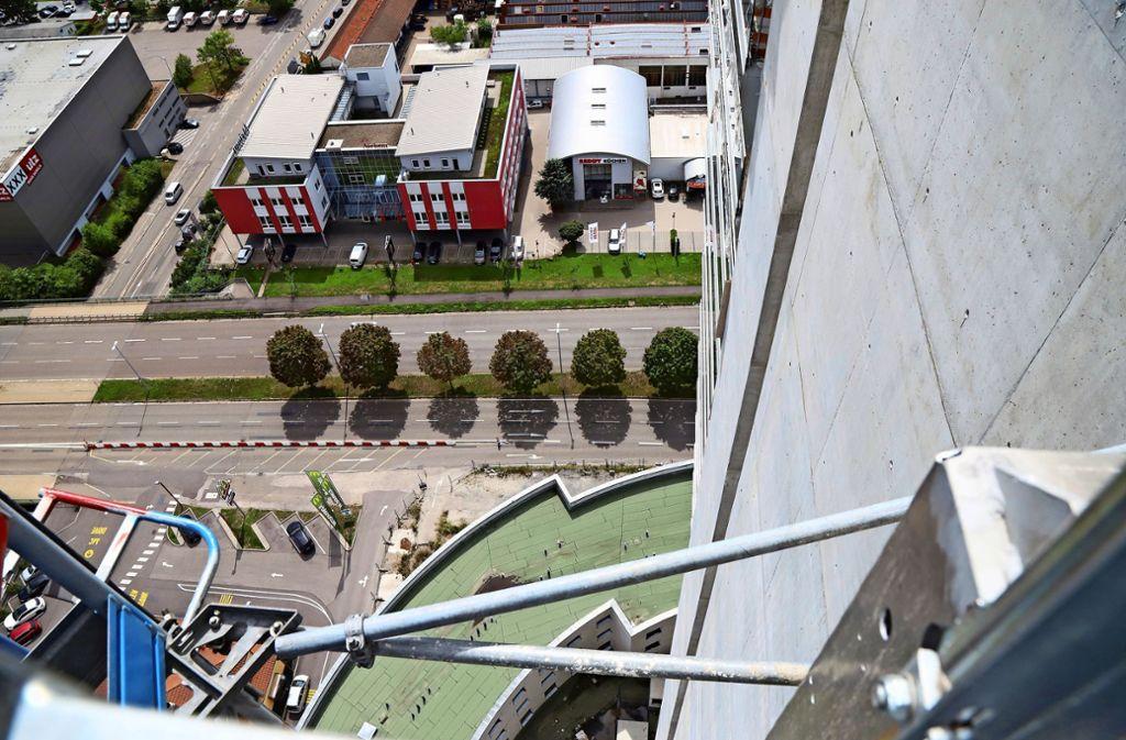 """Blick vom 34 Stockwerk """"Spielzeugstraßen"""" unten in der Tiefe.Foto: Patricia Sigerist Foto:"""