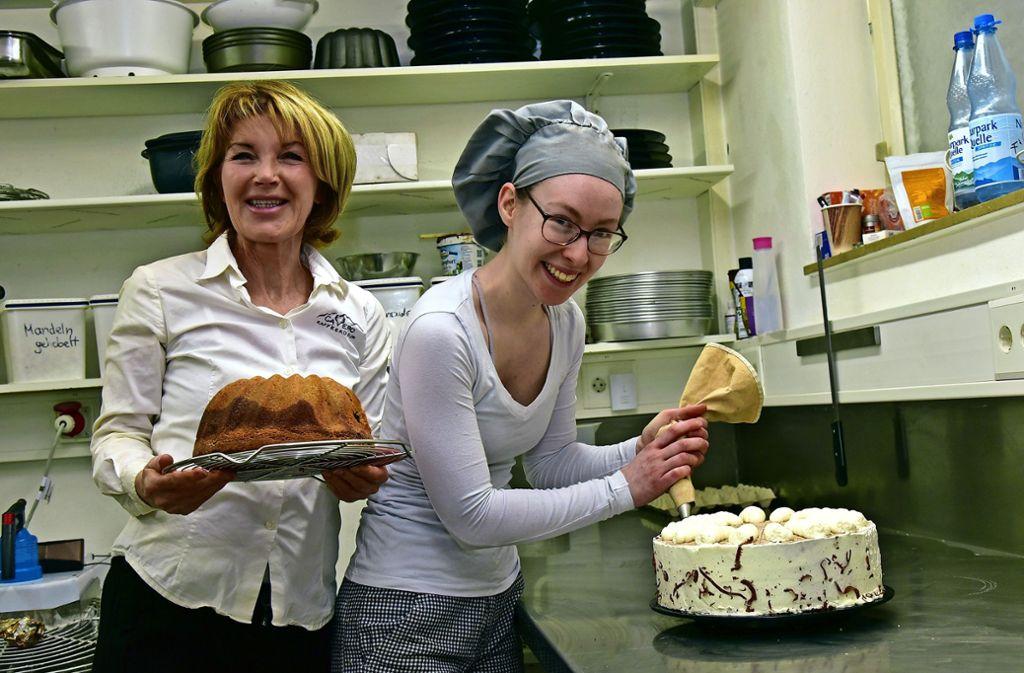Verena Jetter (links), Betreiberin des Cafés CaVero in Leinfelden, und ihre Mitarbeiterin Freya Wiedenhorn versuchen, den Betrieb mit Kuchenverkauf über Wasser zu halten. Foto: privat