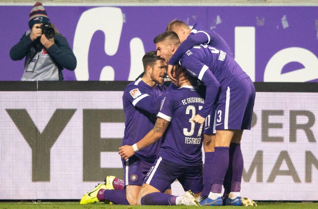Erzgebirge Aue vorerst auf dem dritten Platz – dank eines 3:1-Erfolgs gegen den FC St. Pauli. Foto: dpa/Robert Michael