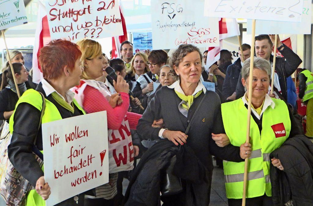 Die Streikenden machen in Terminal drei auf ihre Belange aufmerksam. Foto: Schiermeyer