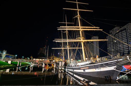 Historisches Segelschiff sackt auf Hafengrund ab