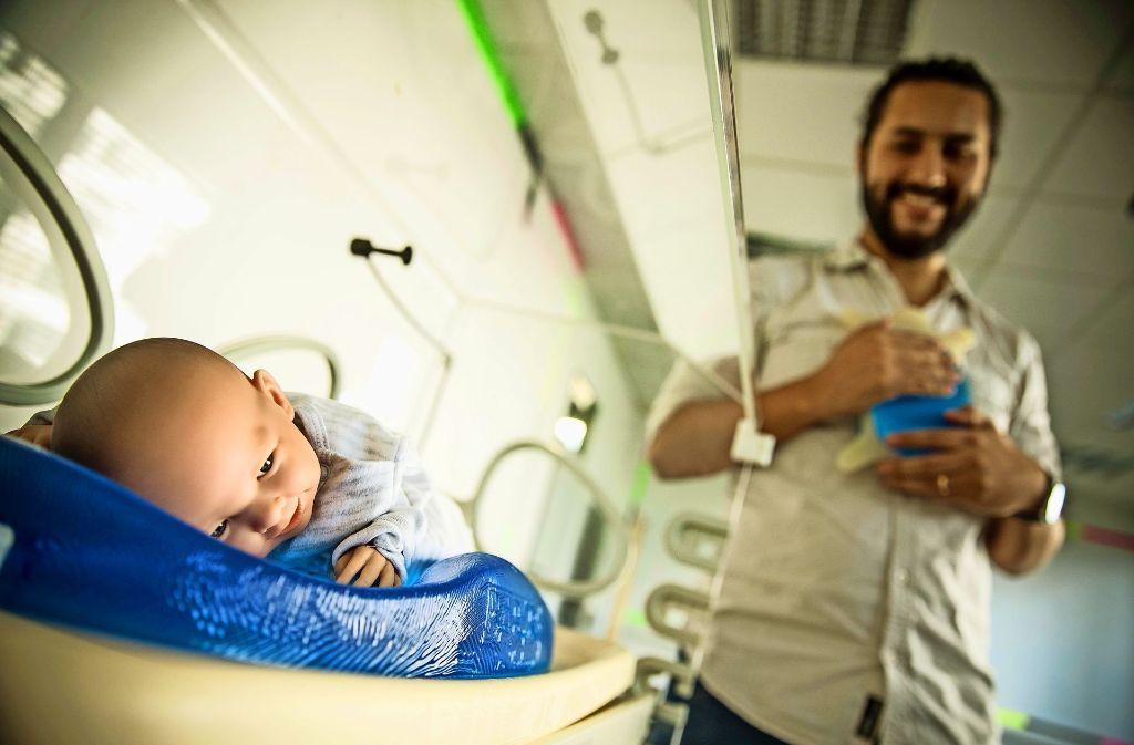 Das Baby spürt über das Gelkissen den Herzschlag von Mutter oder Vater. Foto: Lichtgut/Leif Piechowski