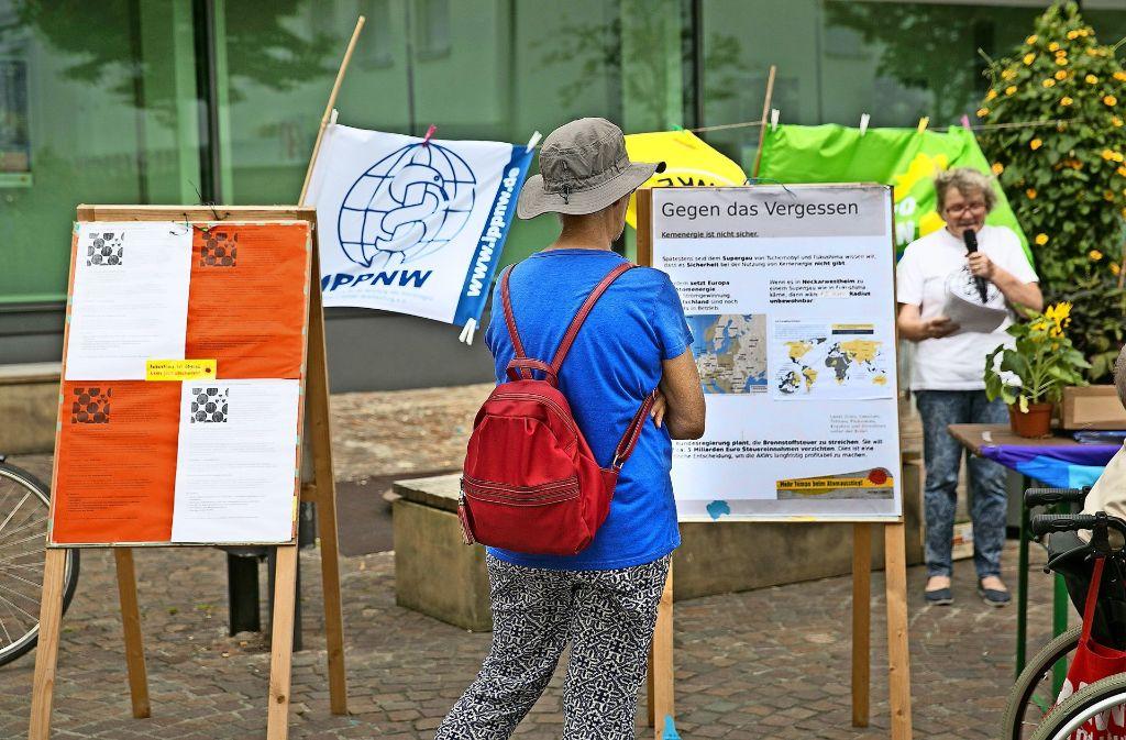 Juliane Althoff (am Mikrofon) gibt nicht auf, gegen die von Atomwaffen und Atomkraftwerken ausgehende Bedrohung anzukämpfen. Foto: Horst Rudel