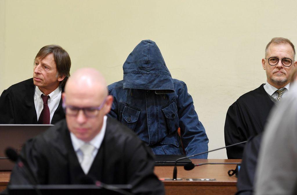 Der Angeklagte Carsten S. mit seinen Anwälten vor Gericht. Foto: dpa