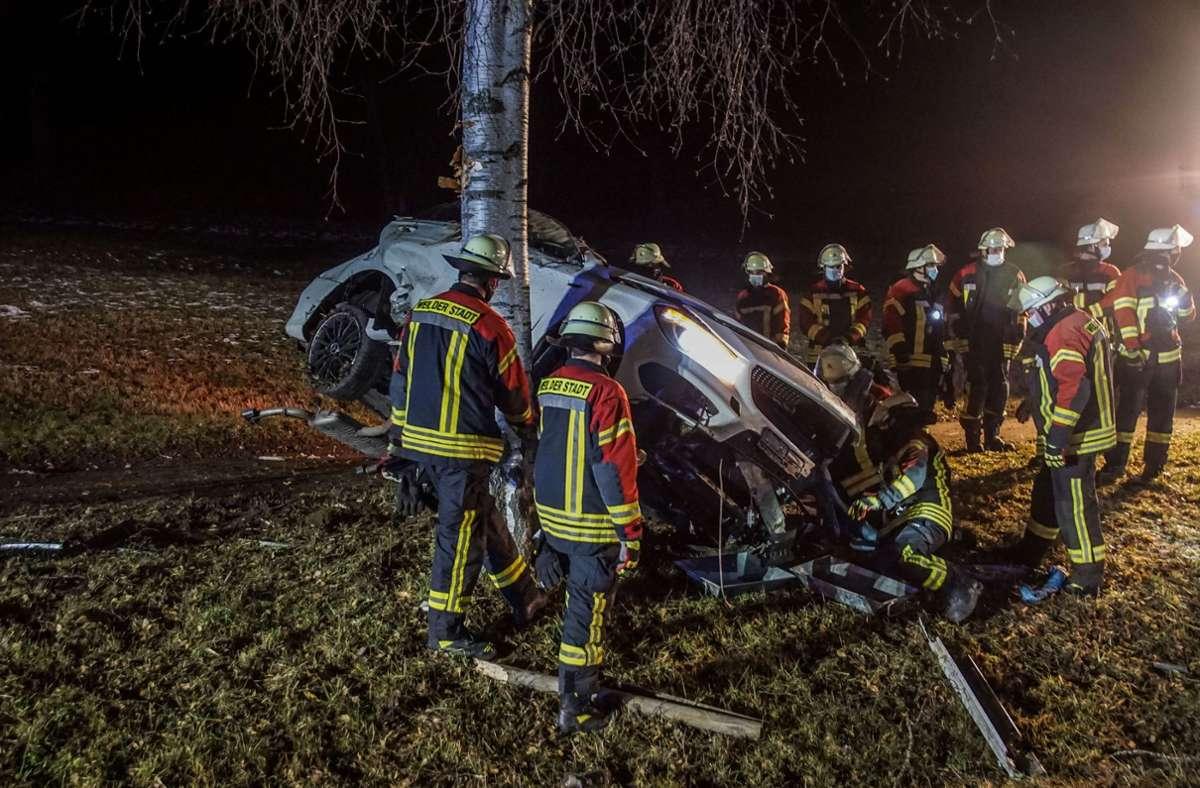 Nachdem der Wagen gegen zwei Bäume gestoßen war, blieb er auf der Seite stehend liegen. Foto: SDMG