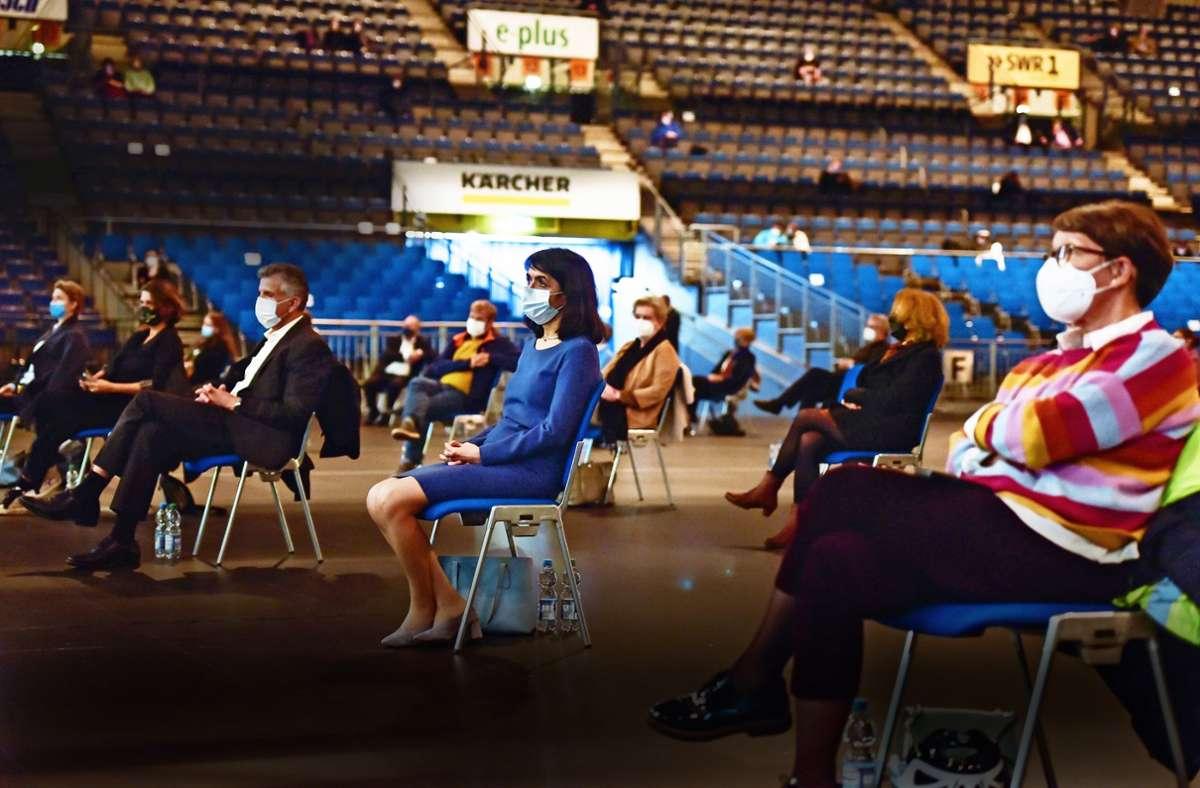 Die Zuhörer  mussten bei der offiziellen Kandidatenvorstellung zur OB-Wahl in der Schleyerhalle Abstand halten und eine Maske tragen. Foto: Lichtgut/Max Kovalenko