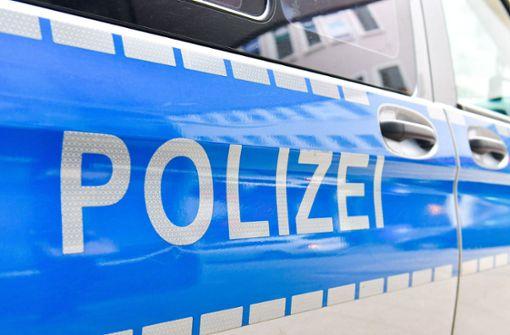 Betrunkener 24-Jähriger bespuckt und tritt Polizeibeamte