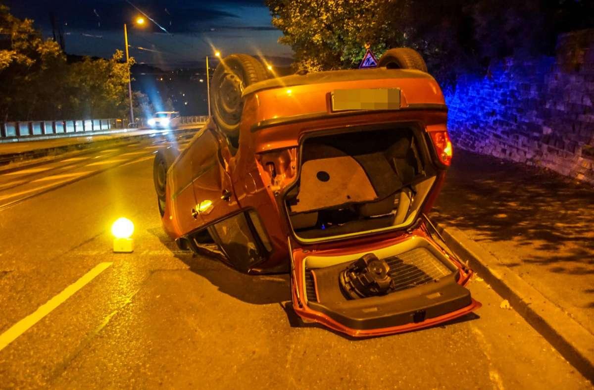 Die VW Polo liegt an der Unfallstelle auf dem Dach. Foto: 7aktuell.de/Andreas Werner/7aktuell.de | Andreas Werner