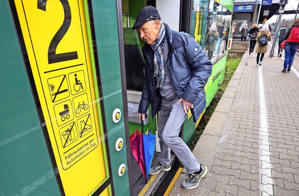 Siegfried Haag hat es gemessen: Der Höhenunterschied zwischen Strohgäubahn und Plattform beträgt rund 30 Zentimeter. Foto: factum/Simon Granville
