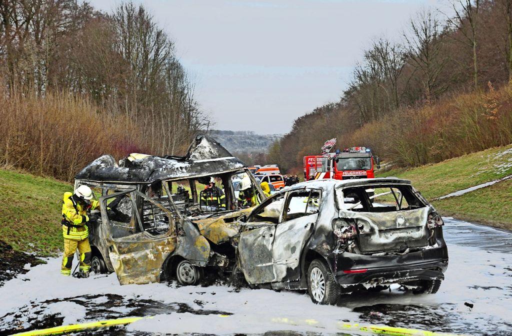 Zu einem tödlichen Verkehrsunfall ist es am Samstag auf der B 312 gekommen. Die Autos gingen innerhalb weniger Sekunden in Flammen auf. Und auch auf der A8 krachte es... Foto: SDMG