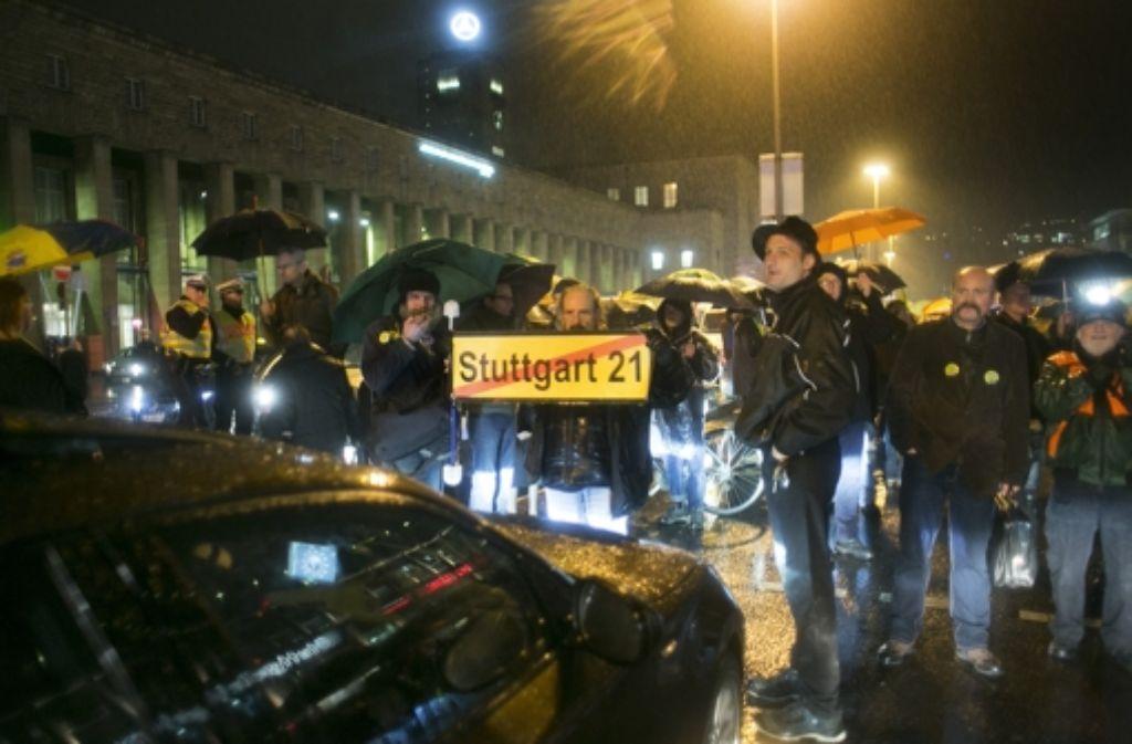 Jeden Montag das gleiche Bild: Stuttgart-21-Gegner legen vor dem Hauptbahnhof den Verkehr lahm. Foto: Horst Rudel