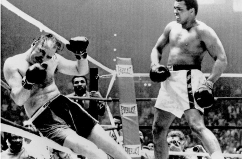 Muhammad Ali (rechts) schlägt Chuck Wepner im März 1975 k.o.Muhammad Ali (rechts) schlägt Chuck Wepner im März 1975 k.o.Muhammad Ali (rechts) schlägt im März 1975 Chuck Wepner k.o. Foto: dpa