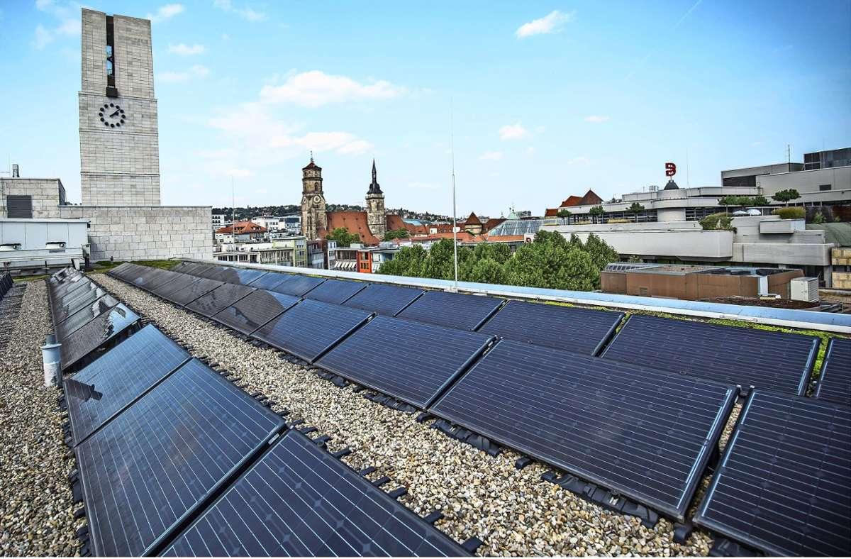 Stuttgart bemüht sich auch um mehr Fotovoltaik (wie hier auf dem Rathausdach), aber  das Tempo des Ausbaus ruft Kritik hervor. Foto: Lichtgut/Leif-Hendrik Piechowski
