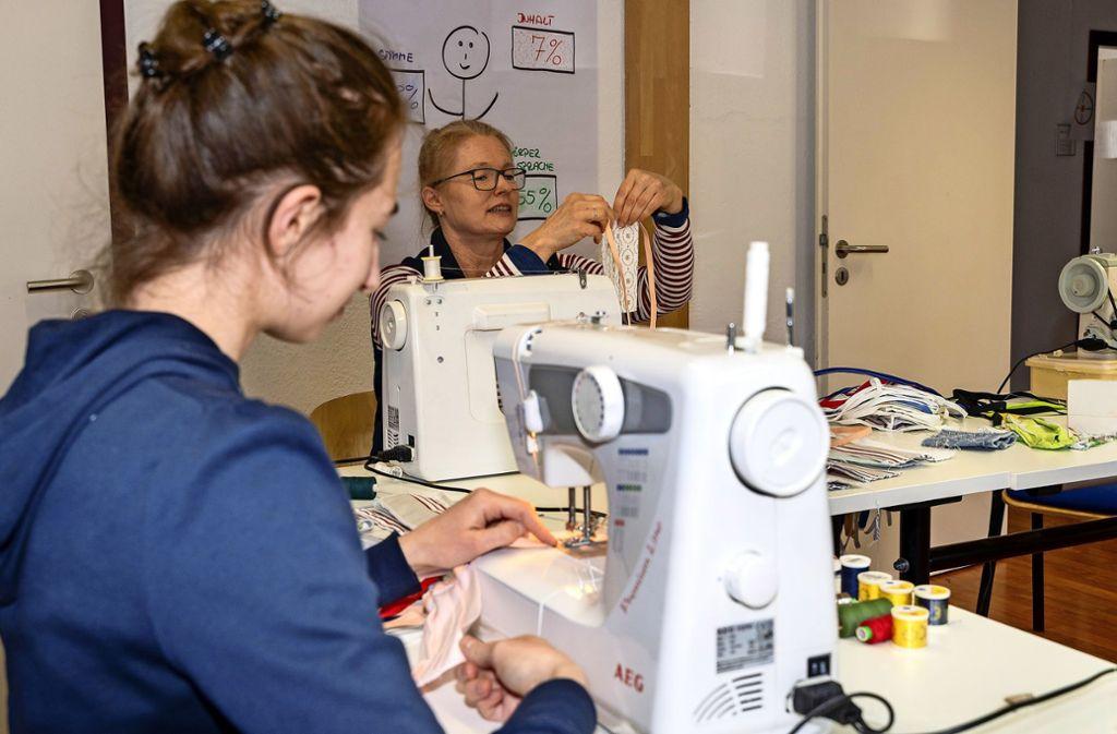 800 Stoffmasken haben Mitarbeiter der Sozialstation Leonberg selbst genäht – ehrenamtlich. Foto: factum/Jürgen Bach, Stadt Renningen