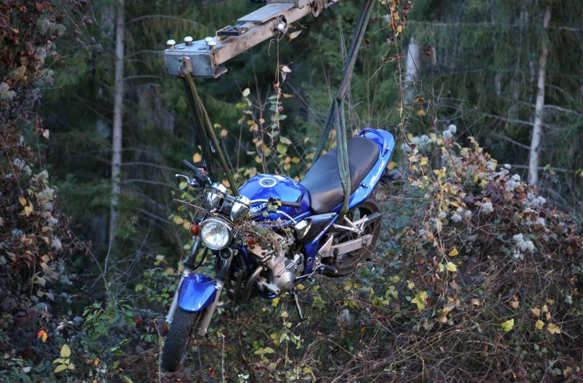 Das Motorrad landete in der Böschung und musste geborgen werden. Foto: 7aktuell.de/Bernd Fausel