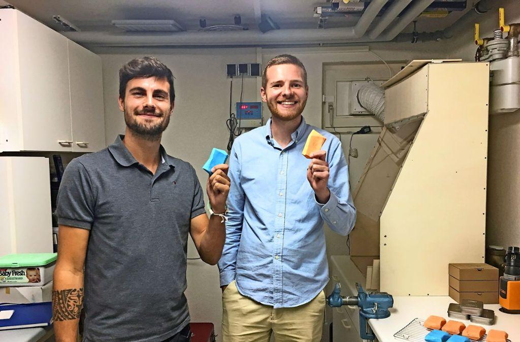 Fünf Monate lang haben Christoph Lung (li.) und Johannes Lutz in einem Plieninger Waschkeller experimentiert. Foto: Nina Büchs