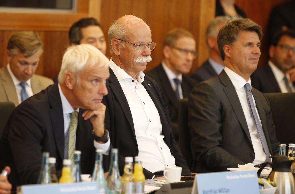 Eine Szene vom Autogipfel in Berlin. Von links: Matthias Müller (VW), Dieter Zetsche (Daimler) und Harald Krüger (BMW). Foto: POOL AFP