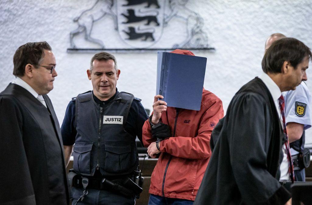Auch zur Urteilsverkündung hat der Angeklagte  den Gerichtssaal hinter einer Mappe verborgen betreten. Foto: Lichtgut/Julian Rettig