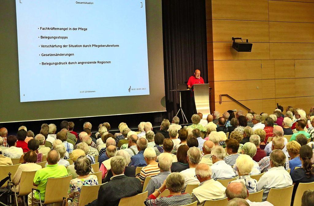 Werner Geiser, Fachberater bei der Altenhilfeplanung des Rems-Murr-Kreises, berichtete  im vollen Bürgerhaus. Foto: Brigitte Hess