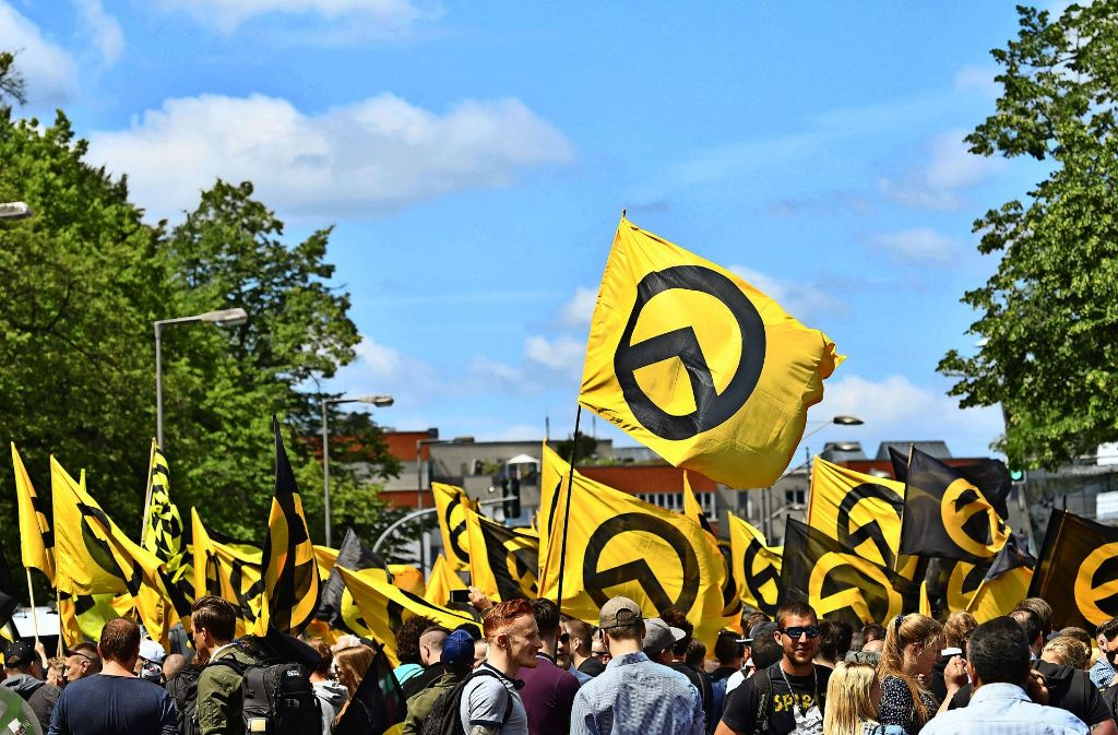 Berliner Demo der Identitären: Der Wahn von der Normalität bekommt eine Fahne. Foto: dpa