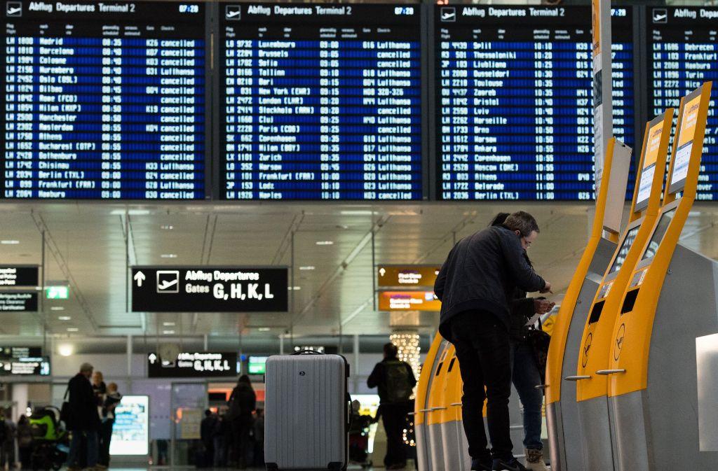 Einen schlechten Scherz bei der Sicherheitskontrolle hat ein Inder mit dem Heimflug bezahlen müssen. (Symbolbild) Foto: dpa